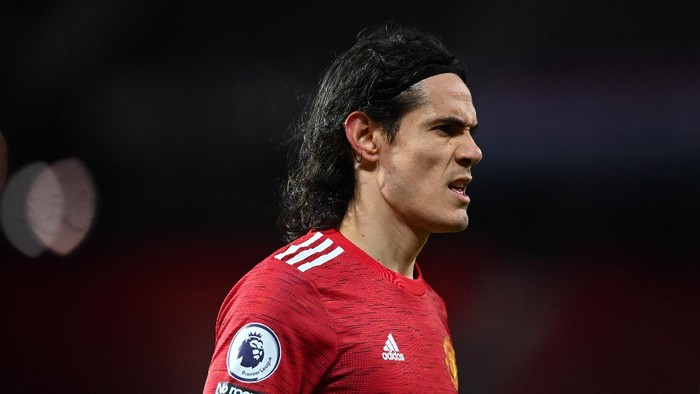 MANCHESTER, ENGLAND - FEBRUARY 06: Edinson Cavani of Manchester United looks on during the Premier League match between Manchester United and Everton at Old Trafford on February 06, 2021 in Manchester, England. Sporting stadiums around the UK remain under strict restrictions due to the Coronavirus Pandemic as Government social distancing laws prohibit fans inside venues resulting in games being played behind closed doors. (Photo by Michael Regan/Getty Images)