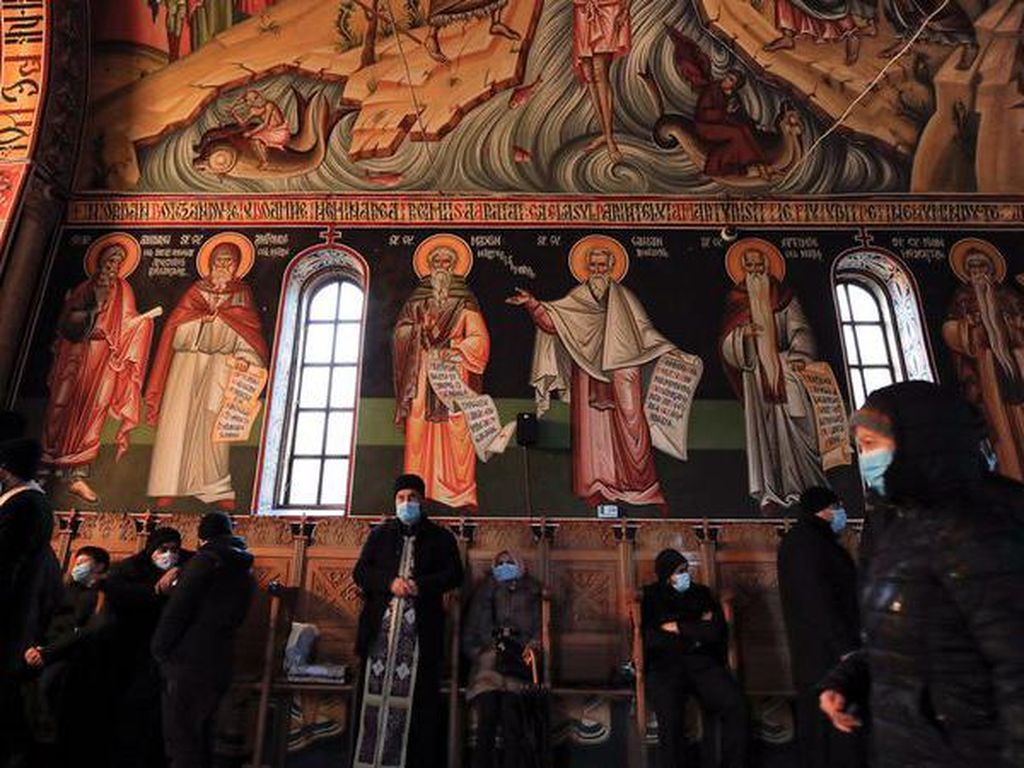 Sebabkan Kematian Bayi, Ritual Baptis Gereja Rumania Dikritik Keras