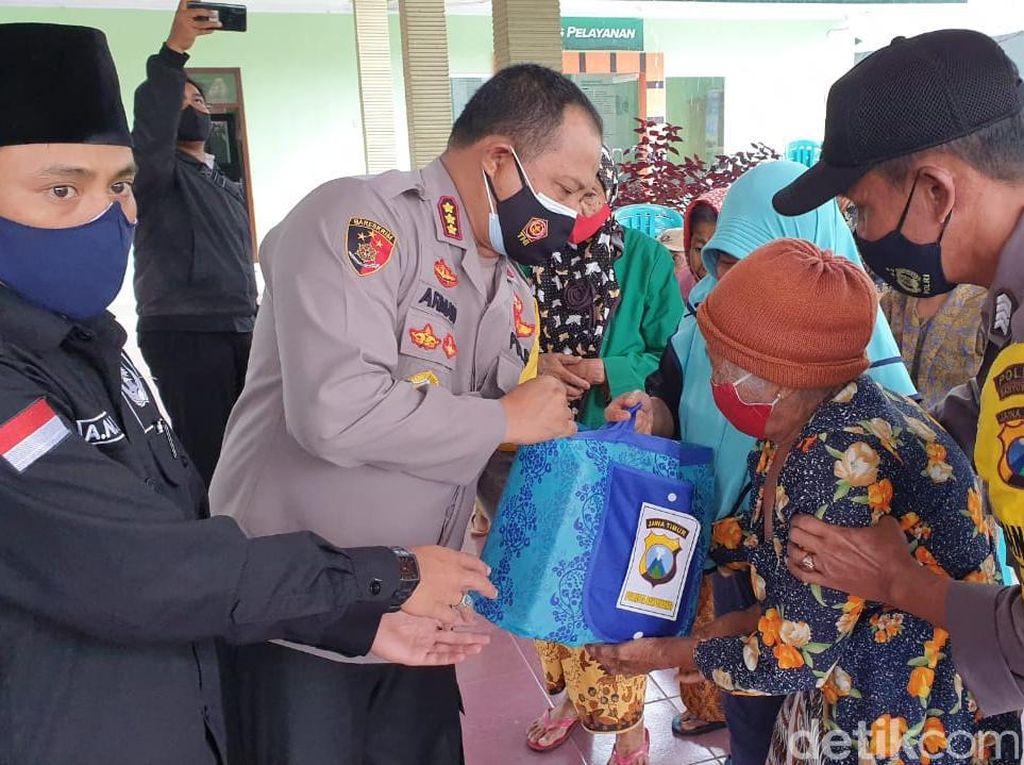 Pantau Erupsi Gunung Raung, Polisi Banyuwangi Bagikan Masker dan Sembako