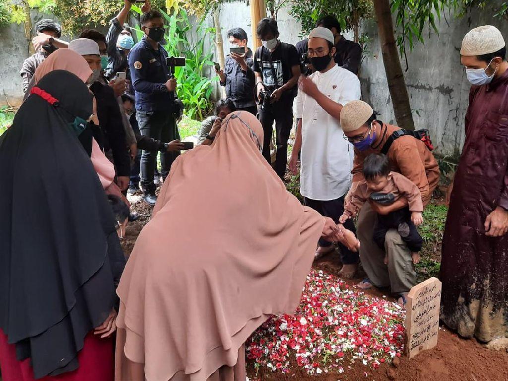 Suasana Pemakaman Ustaz Maaher di Ponpes Daarul Quran