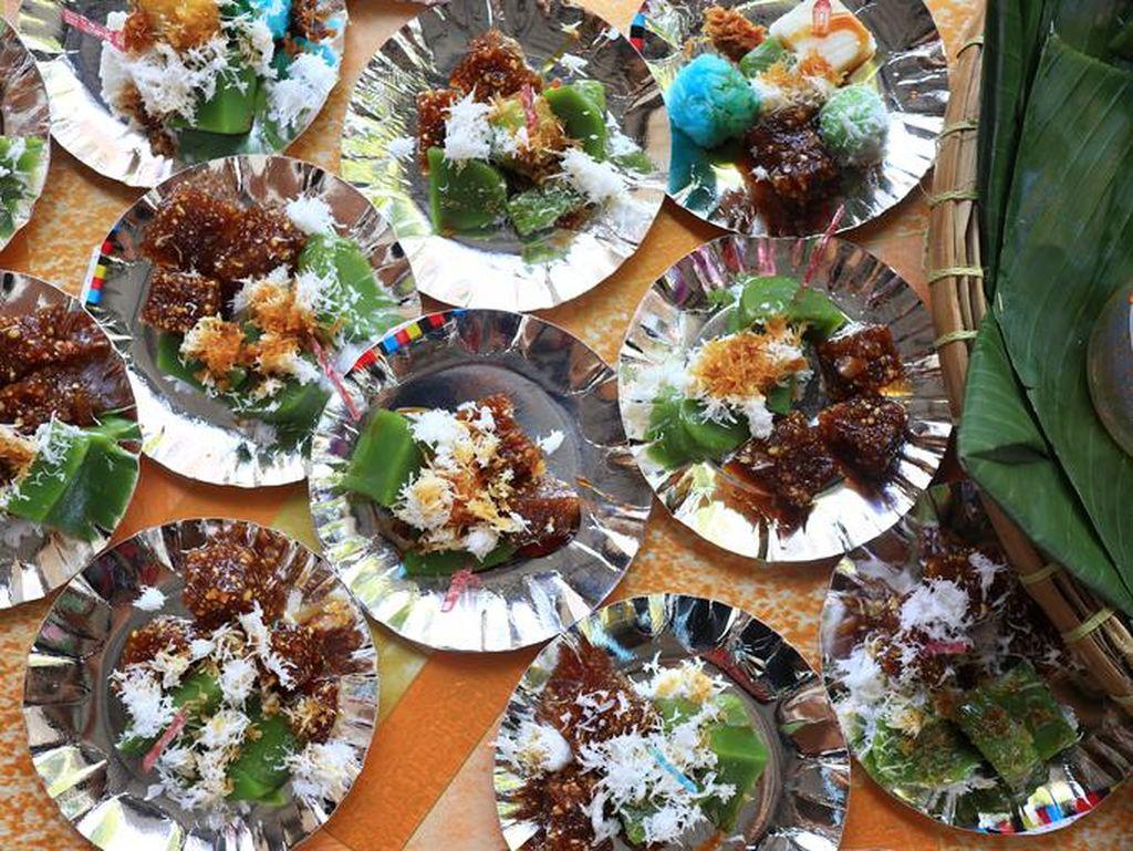 Ibu-ibu Kolombus Bikin Resah, Beraksi Bungkus Banyak Makanan Hajatan
