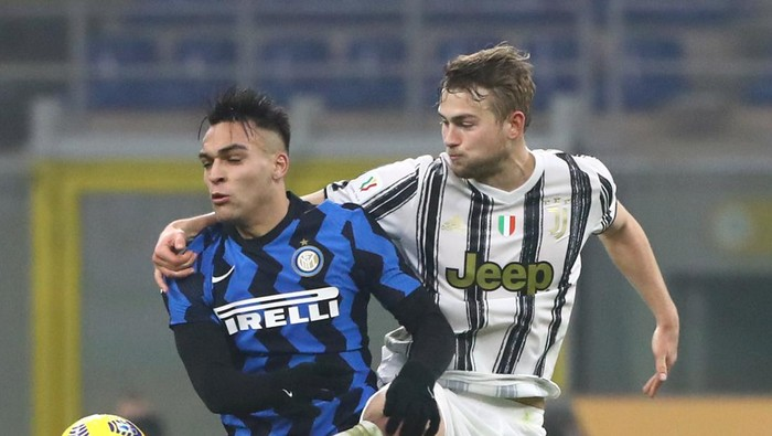 MILAN, ITALY - FEBRUARY 02:  Lautaro Martinez of FC Internazionale competes for the ball with Matthijs de Ligt of Juventus FC during the Coppa Italia semi-final match between FC Internazionale and Juventus at Stadio Giuseppe Meazza on February 2, 2021 in Milan, Italy. Sporting stadiums around Italy remain under strict restrictions due to the Coronavirus Pandemic as Government social distancing laws prohibit fans inside venues resulting in games being played behind closed doors.  (Photo by Marco Luzzani/Getty Images)