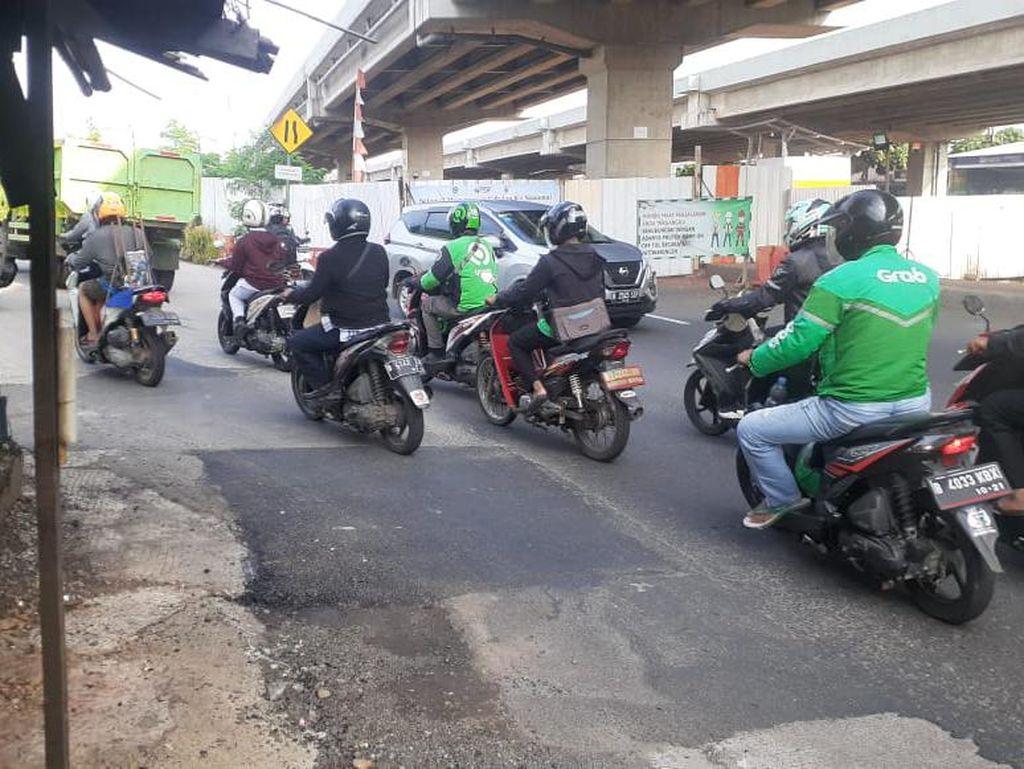 Dulu Berlubang, Kini Jl KH Noer Ali Pondok Bambu Ditutup Rapi dengan Aspal