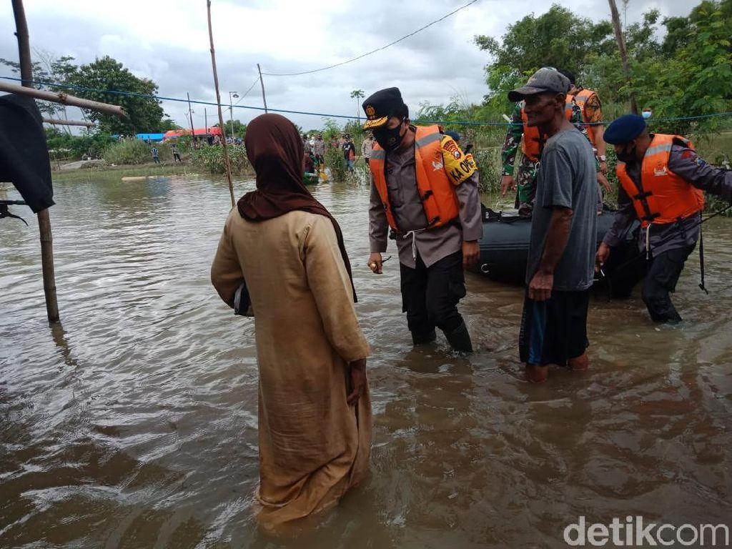 Blusukan ke Lokasi Banjir Jombang, Ini Instruksi Kapolda Jatim