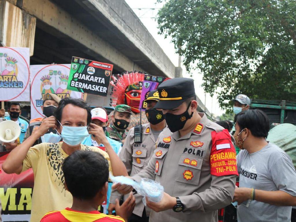 Bagi-bagi Masker, Kapolsek Sawah Besar Blusukan ke Pasar-Permukiman Warga