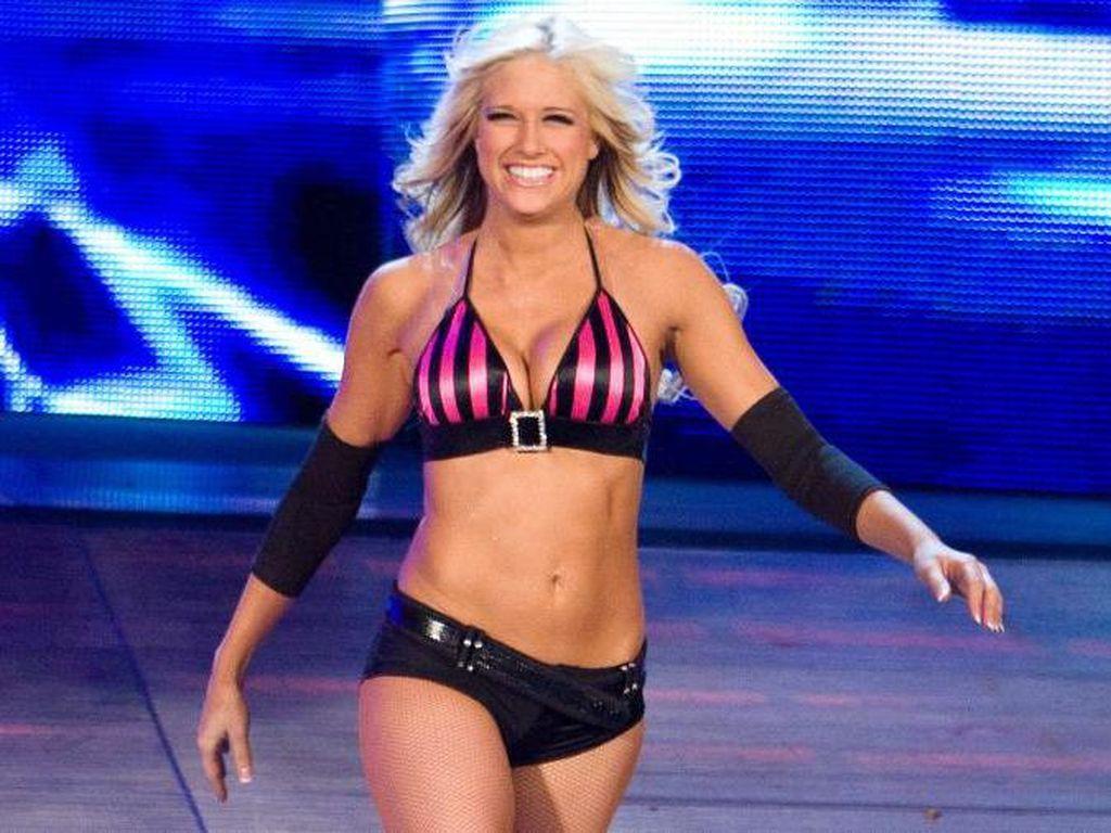 Bintang WWE Wanita Liburan Bareng, Sponsornya Dikritik