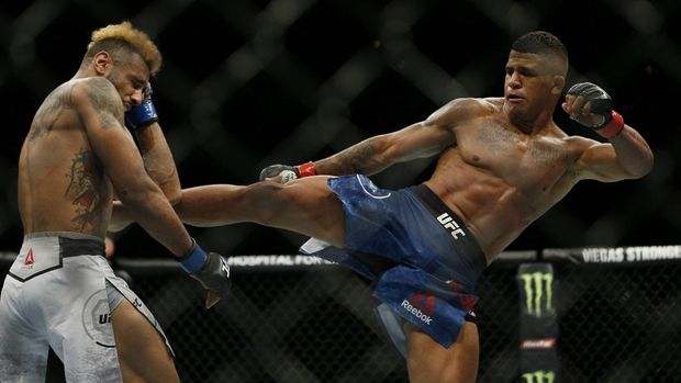 SUNRISE, FLORIDA - APRIL 27: Gilbert Burns of Brazil fights Mike Davis during their lightweight bout at UFC Fight Night at BB&T Center on April 27, 2019 in Sunrise, Florida.   Michael Reaves/Getty Images/AFP