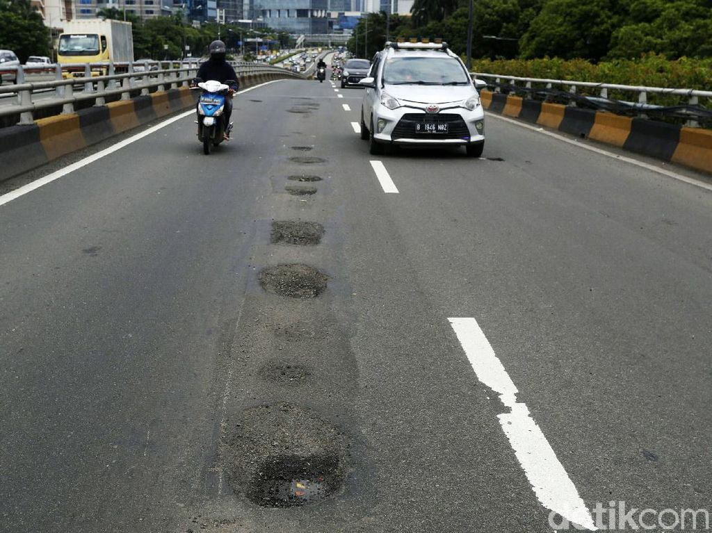 Duh! Jalan Rusak Jadi Penyebab Banyak Kecelakan Lalu Lintas di Jakarta