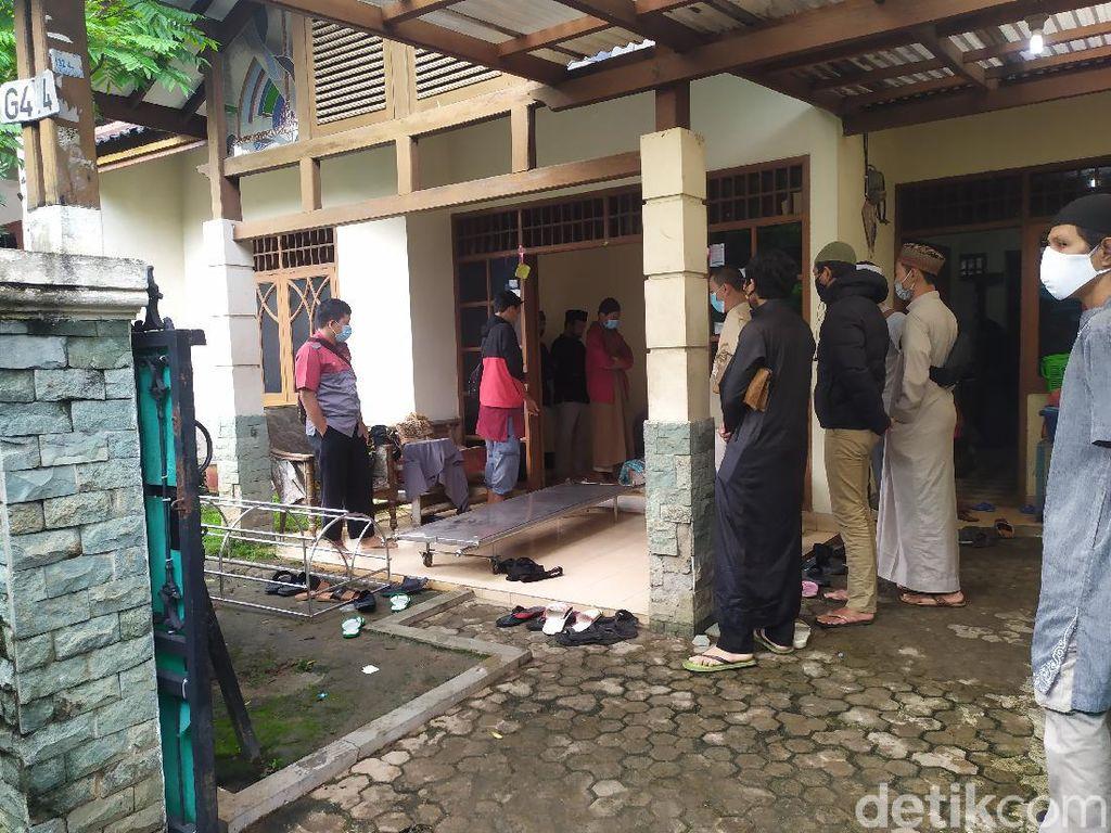 Pelayat Berdatangan ke Rumah Duka Ustadz Maaher di Pondok Gede Bekasi