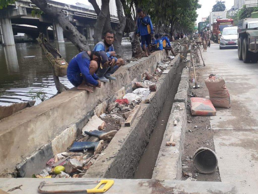 Proyek Cegah Banjir di Jl RE Martadinata Ancol Terkendala Hujan