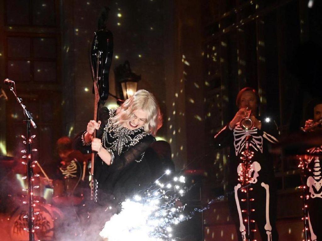 Phoebe Bridgers Dikritik Usai Banting Gitar di SNL
