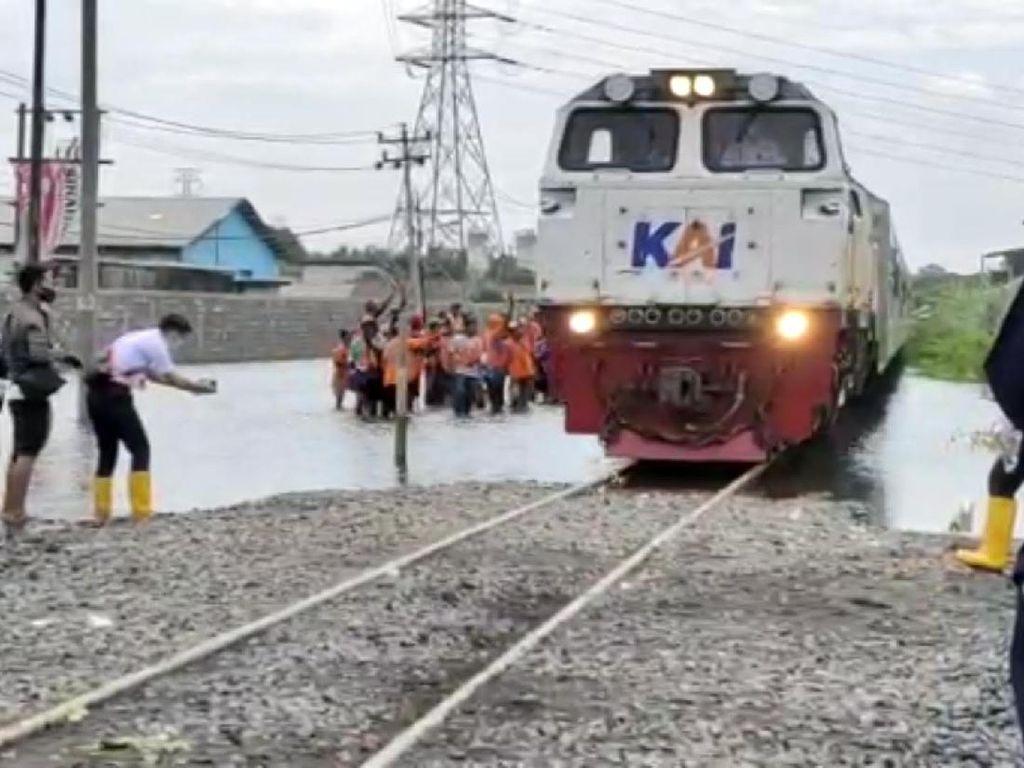 Rel Terendam Banjir, Perjalanan KA Jarak Jauh dari Jakarta Dibatalkan