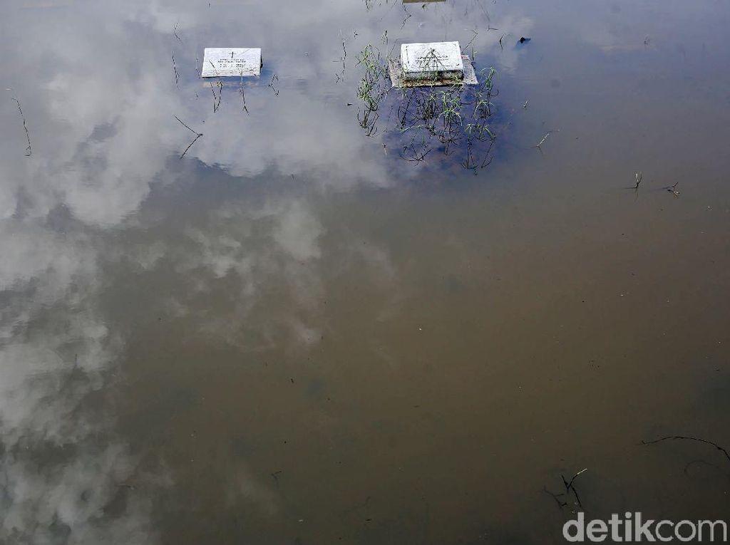 Sejumlah Makam di TPU Tanah Kusir Terendam Banjir