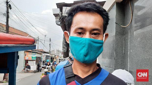 Pedagang baso di bilangan Pasar Minggu, Jakarta Selatan, Agus (42) takut dagangannya sepi selama PPKM Mikro diberlakukan selama 9-21 Februari.