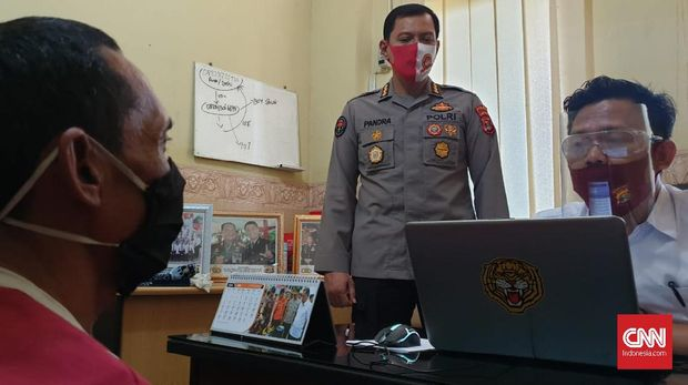 Tersangka pencabulan terhadap anak dibawah umur, Dian Ansori  oknum pendamping P2TP2A Lampung Timur saat diperiksa di Polda Lampung.