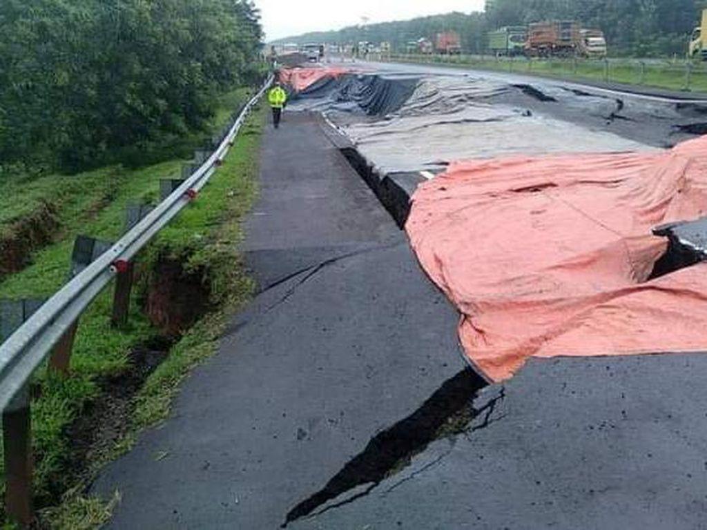 Melihat Tol Cipali KM 122 yang Amblas, Lalu Lintas Ditutup
