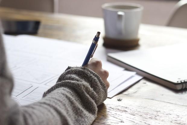 Mengungkapkan perasaan yang tidak baik dengan cara menulis bisa ikut membantu.