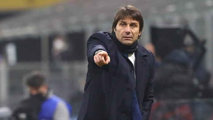 MILAN, ITALY - FEBRUARY 02:  FC Internazionale coach Antonio Conte gestures during the Coppa Italia semi-final match between FC Internazionale and Juventus at Stadio Giuseppe Meazza on February 2, 2021 in Milan, Italy. Sporting stadiums around Italy remain under strict restrictions due to the Coronavirus Pandemic as Government social distancing laws prohibit fans inside venues resulting in games being played behind closed doors.  (Photo by Marco Luzzani/Getty Images)