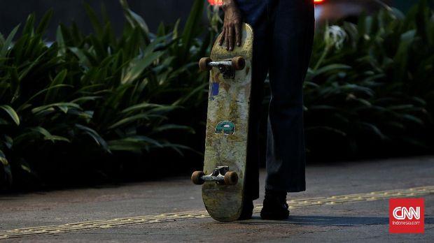 Sejumlah orang bermain skateboard di trotoar di kawasan jalan Thamtrin, Jakarta Pusat. Rabu (10/2/2021). CNN Indonesia/Andry Novelino