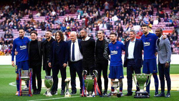 BARCELONA, SPAIN - DECEMBER 21: (L-R) Sergio Busquets, Gaby Milito, Xavi Torres, Carles Puyol, Carles Naval, Seydou Keita, Jose Manuel Pinto, Lionel Messi, Aureli Altimira, Gerard Pique and Eric Abidal pose with the six trophies won by FC Barcelona in 2009 before the La Liga match between FC Barcelona and Deportivo Alaves at Camp Nou on December 21, 2019 in Barcelona, Spain. (Photo by Alex Caparros/Getty Images)