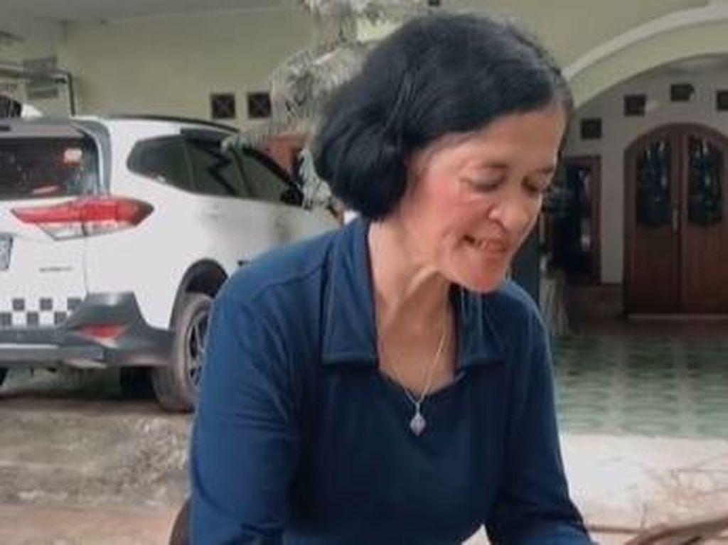 Emak-emak Review Sayur Asem ala Food Vlogger, Ujungnya Bikin Ngakak!
