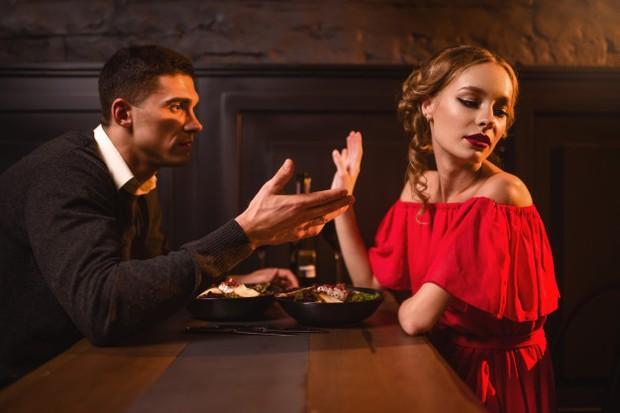 Coba cari alasan yang sedetail mungkin agar teman kencan percaya.