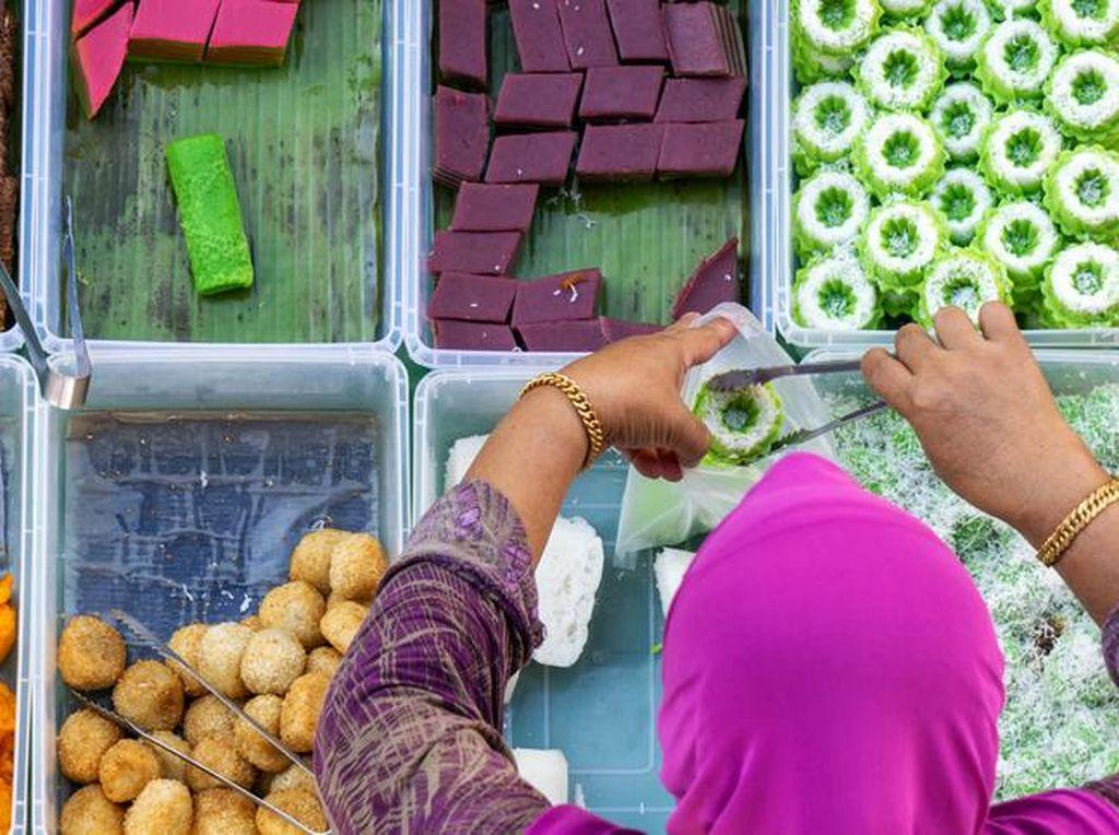 Ibu-ibu Kolombus Bikin Resah, Begini Etiket Bungkus Makanan di Acara Hajatan