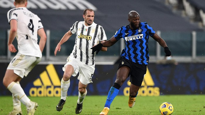 TURIN, ITALY - FEBRUARY 09: Romelu Lukaku of FC Internazionale battles for possession with Giorgio Chiellini of Juventus during the Coppa Italia semi-final Juventus and FC Internazionale at Allianz Stadium on February 09, 2021 in Turin, Italy. Sporting stadiums around Italy remain under strict restrictions due to the Coronavirus Pandemic as Government social distancing laws prohibit fans inside venues resulting in games being played behind closed doors. (Photo by Chris Ricco/Getty Images)