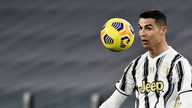 Juventus' Cristiano Ronaldo controls the ball during the Italian Cup, return-leg, semifinal soccer match between Juventus and Inter Milan, at the Turin Allianz Stadium, Italy, Tuesday, Feb. 9, 2021. (Marco Alpozzi/LaPresse via AP)