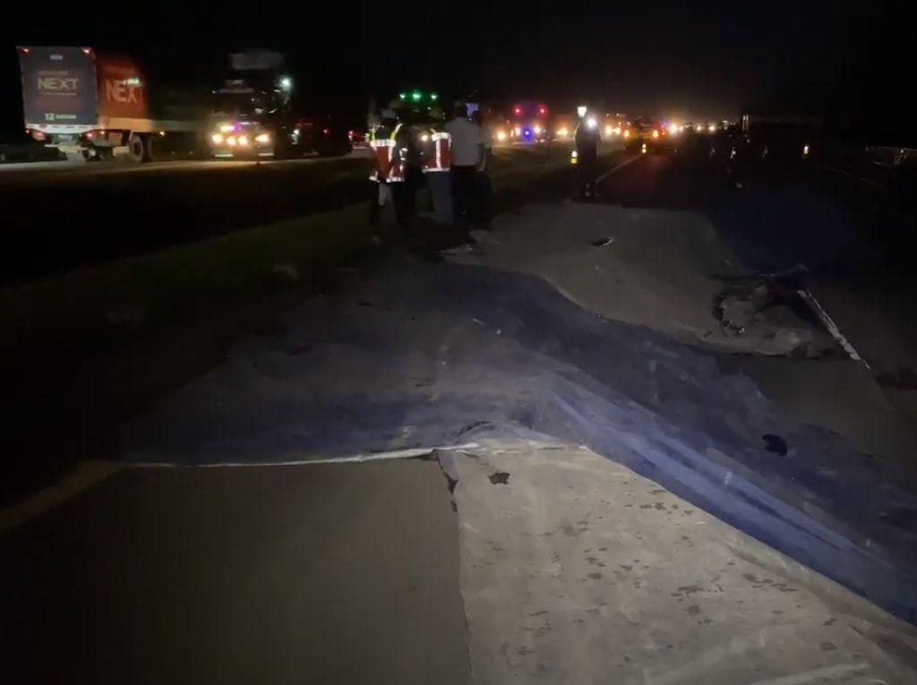 Kondisi Lalu Lintas Tol Cipali KM 122 Malam Ini Usai Ambles