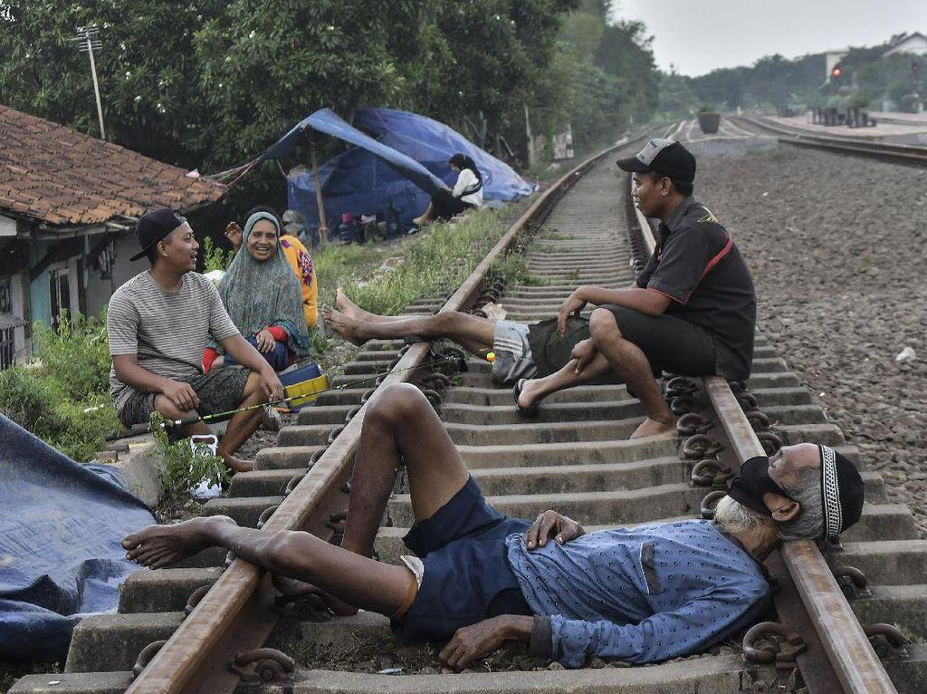 Korban Banjir Mengungsi di Rel KA hingga Jalan Raya Pantura