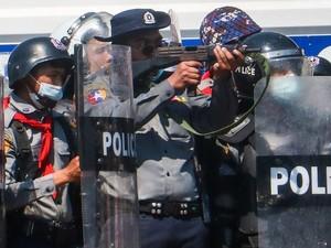 Diduga Terkena Peluru Tajam Polisi Myanmar, 1 Demonstran Kritis