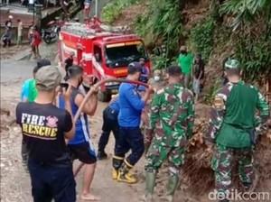 Tebing Setinggi 5 Meter Longsor Tutup Jalan Antar Kecamatan di Trenggalek