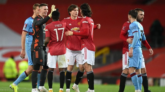 MANCHESTER, ENGLAND - FEBRUARY 09: (L-R) Dean Henderson, Fred, Victor Lindeloef and Edinson Cavani of Manchester United celebrate following The Emirates FA Cup Fifth Round match between Manchester United and West Ham United at Old Trafford on February 09, 2021 in Manchester, England. Sporting stadiums around the UK remain under strict restrictions due to the Coronavirus Pandemic as Government social distancing laws prohibit fans inside venues resulting in games being played behind closed doors. (Photo by Michael Regan/Getty Images)