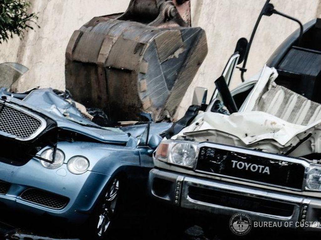 Bukan Dilelang, Mobil Selundupan di Filipina Dihancurkan