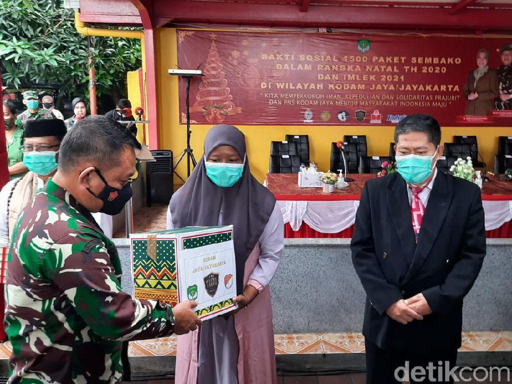 Pangdam Jaya Beri Bantuan Sembako-Masker ke Warga Terdampak COVID di Tangerang