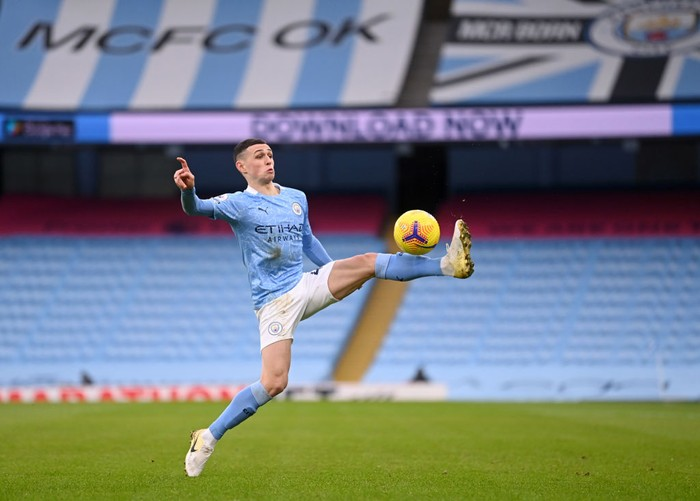 MANCHESTER, ENGLAND - JANUARY 30: Phil Foden of Manchester City controls the ball during the Premier League match between Manchester City and Sheffield United at Etihad Stadium on January 30, 2021 in Manchester, England. Sporting stadiums around the UK remain under strict restrictions due to the Coronavirus Pandemic as Government social distancing laws prohibit fans inside venues resulting in games being played behind closed doors. (Photo by Laurence Griffiths/Getty Images)