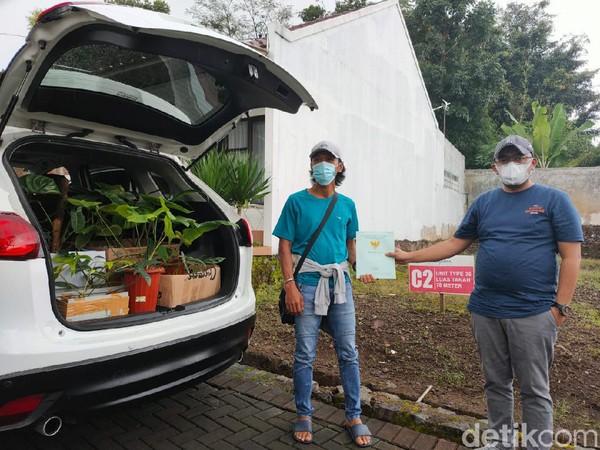Pria Garut kembali tukar tanaman dengan sebidang tanah