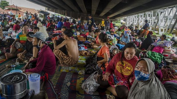 Korban banjir berteduh di bawah Jembatan layang sebagai tempat pengungsian sementara, Pamanukan, Kabupaten Subang, Jawa Barat, Selasa (9/2/2021). Berdasarkan data yang terhimpun, sebanyak 32 ribu orang dari 5.764 kepala keluarga mengungsi akibat terdampak banjir yang melanda 75 desa dari 11 kecamatan di Kabupaten Subang. ANTARA FOTO/Novrian Arbi/rwa.