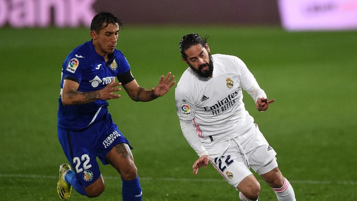 MADRID, SPAIN - FEBRUARY 09: Isco of Real Madrid is closed down by Damian Suarez of Getafe CF during the La Liga Santander match between Real Madrid and Getafe CF at Estadio Alfredo Di Stefano on February 09, 2021 in Madrid, Spain. Sporting stadiums around Spain remain under strict restrictions due to the Coronavirus Pandemic as Government social distancing laws prohibit fans inside venues resulting in games being played behind closed doors. (Photo by Denis Doyle/Getty Images)