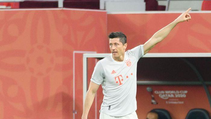 DOHA, QATAR - FEBRUARY 08: Robert Lewandowski of Bayern Muenchen gestures during the semi-final match between Al Ahly SC and FC Bayern Muenchen at Ahmad Bin Ali Stadium on February 8, 2021 in Doha, Qatar. (Photo by Gaston Szermann/DeFodi Images via Getty Images)