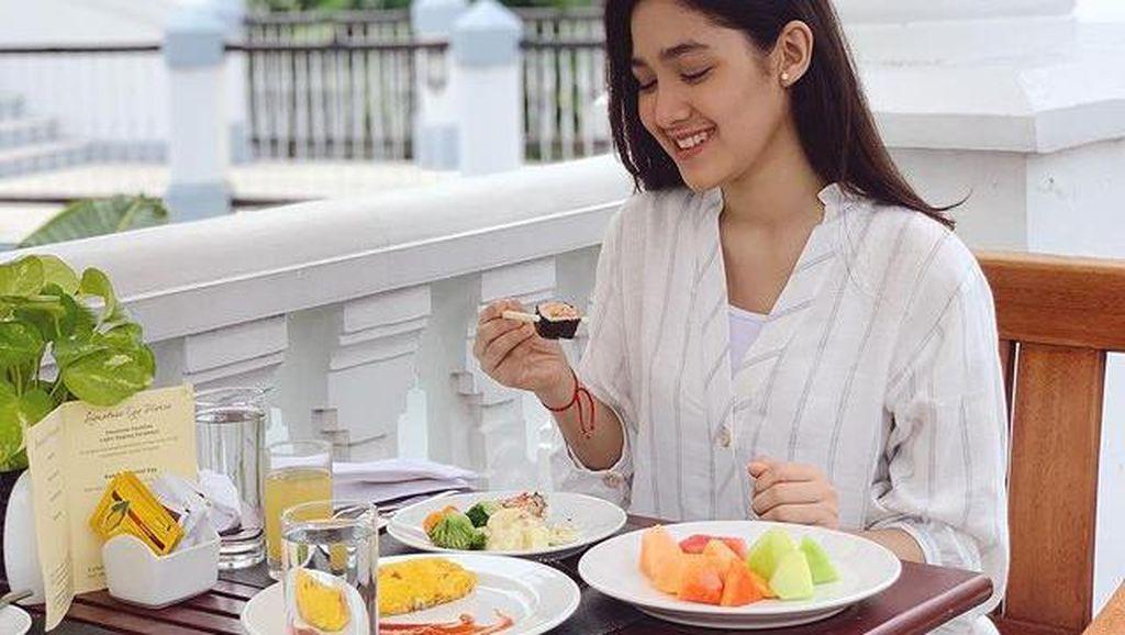 Suka Makanan Sehat, Cut Syifa Doyan Banget Makan Salad