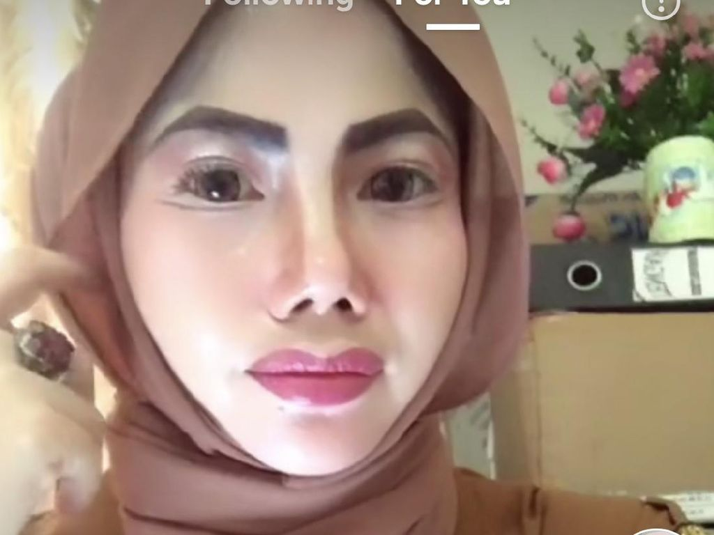 Lagi Ada PNS Makeup Bak Barbie Viral, Netizen: Ngantor Kayak Mau Kondangan