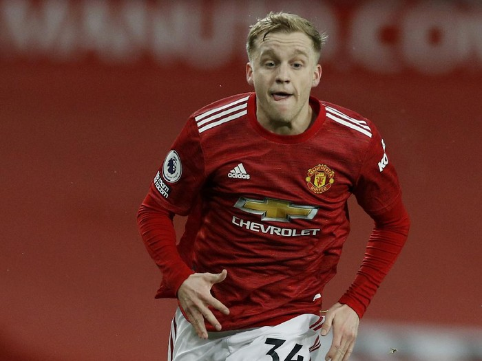 MANCHESTER, ENGLAND - FEBRUARY 02: Donny van de Beek of Manchester United runs with the ball  during the Premier League match between Manchester United and Southampton at Old Trafford on February 02, 2021 in Manchester, England. Sporting stadiums around the UK remain under strict restrictions due to the Coronavirus Pandemic as Government social distancing laws prohibit fans inside venues resulting in games being played behind closed doors. (Photo by Phil Noble - Pool/Getty Images)