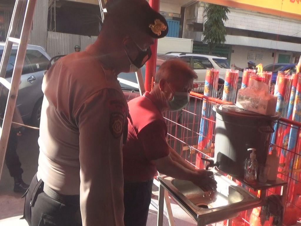 Polisi di Makassar Patroli ke Sejumlah Klenteng, Cek Penerapan Prokes
