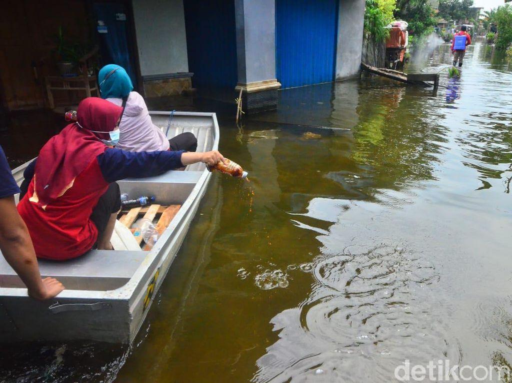 Banjir Berwarna Hitam dan Berbau Busuk di Kudus Disemprot Eco Enzyme