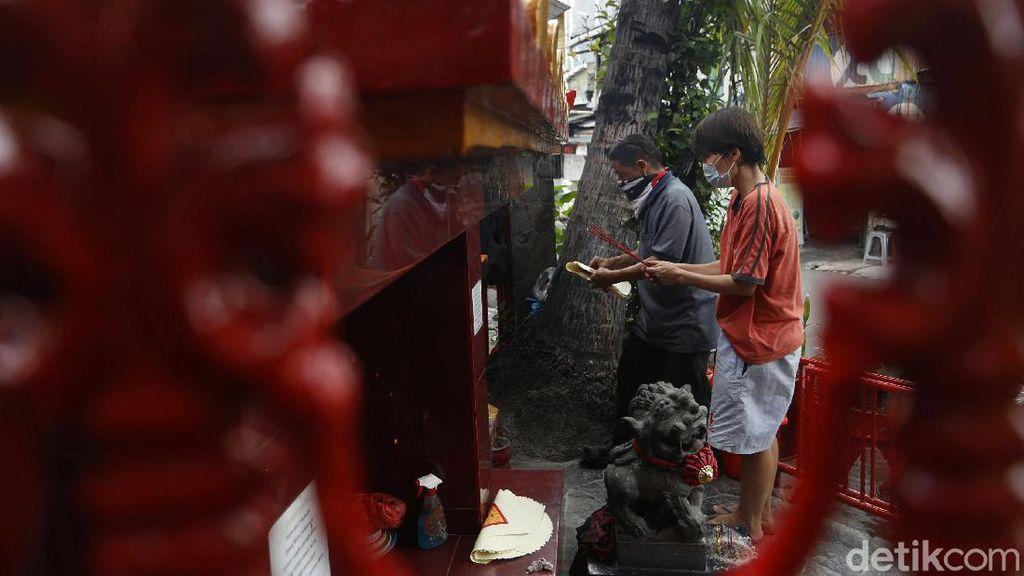 Warga Glodok Bersih-bersih Jelang Imlek