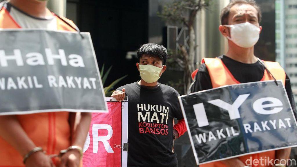 Aksi Tuntut Korupsi Bansos Dihukum Mati
