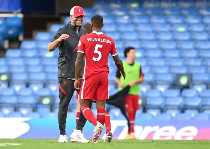 LONDON, ENGLAND - SEPTEMBER 20: Jurgen Klopp, Manager of Liverpool and Georginio Wijnaldum of Liverpool celebrate following their teams victory in the Premier League match between Chelsea and Liverpool at Stamford Bridge on September 20, 2020 in London, England. (Photo by Michael Regan/Getty Images)