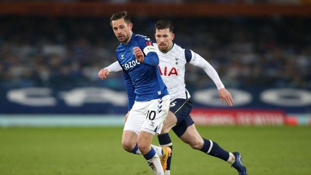 LIVERPOOL, ENGLAND - FEBRUARY 10: Gylfi Sigurdsson of Everton runs with the ball whilst under pressure from Pierre-Emile Hojbjerg of Tottenham Hotspur during The Emirates FA Cup Fifth Round match between Everton and Tottenham Hotspur at Goodison Park on February 10, 2021 in Liverpool, England. Sporting stadiums around the UK remain under strict restrictions due to the Coronavirus Pandemic as Government social distancing laws prohibit fans inside venues resulting in games being played behind closed doors. (Photo by Clive Brunskill/Getty Images)